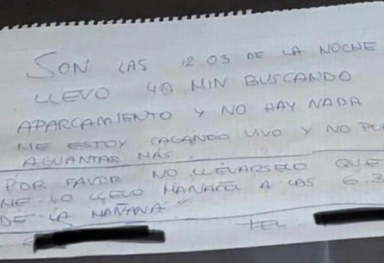 Quería ir al baño, tuvo que dejar su auto, y escribió una insólita nota para que la grúa no se lo lleve