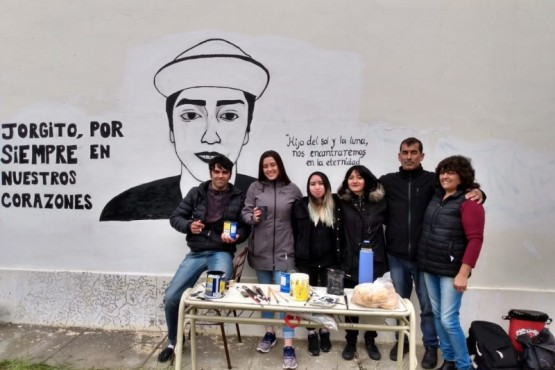 La familia de Jorge Peña junto a las dos jóvenes.