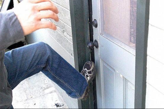 Los ladrones forzaron la puerta para entrar a la vivienda (Foto ilustrativa)