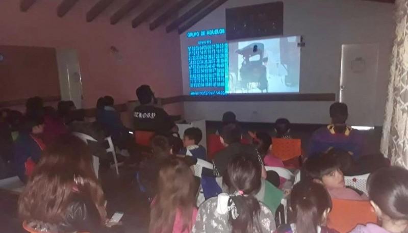 El grupo del niños del Cenin Nº 5 despidió el año con cine y merienda