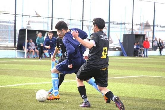 El futbol de la liga en acción.