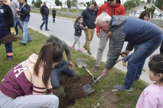 Alumnos de María Auxiliadora forestaron el bulevar de Ríquez
