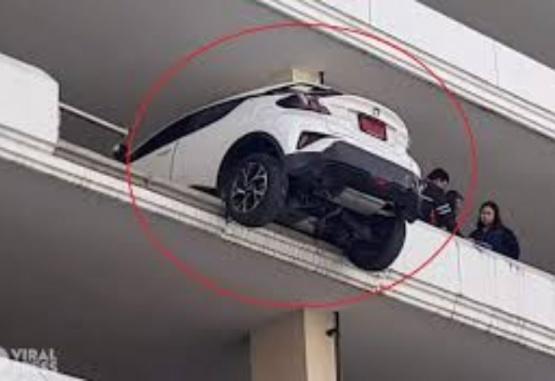 Retrocedió por error con su auto y casi cae desde el cuarto piso de un estacionamiento