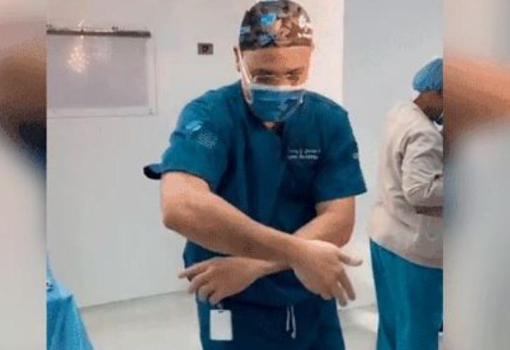 Captura de video. henry García es el médico que ingresa al quirófano a puro ritmo y se volvió viral.