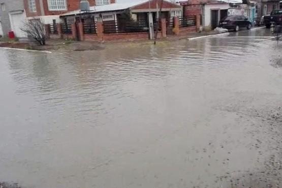 Se paró en la calle porque pasan los autos y se le inunda la casa