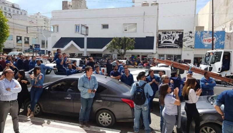 Trabajadores afuera del Concejo Deliberante.