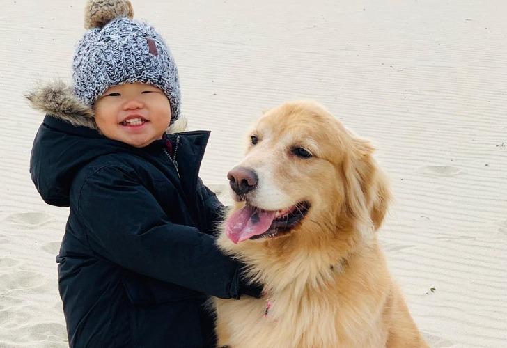 El pequeño con su perra que tanto lo cuida. Foto: Instagram @look_its_sadie