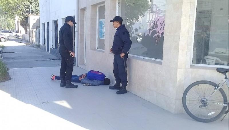 Momento de la detención del sospechoso en la vía pública.