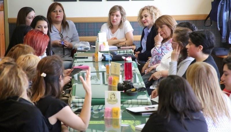 En la punta de la mesa Moira Lanesan Sancho en el encuentro de candidatas a concejalas en el mes de octubre.