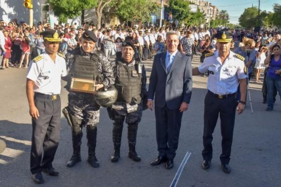 Mariano Arcioni junto a personal policial.