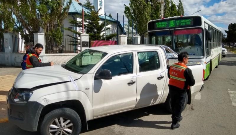 Camioneta que impactó con colectivo. (C.G)