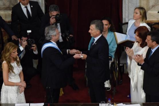 Traspaso del bastón presidencial entre Alberto Fernández y Mayuricio Macri (Foto HCDN).)