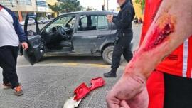 Motociclista herido luego de impactar un vehículo