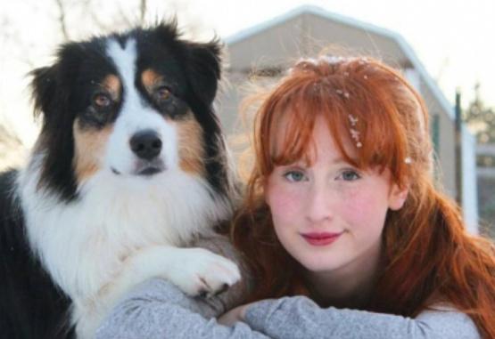 La joven y su perra son las protagonistas del viral navideño que enterneció a las redes.