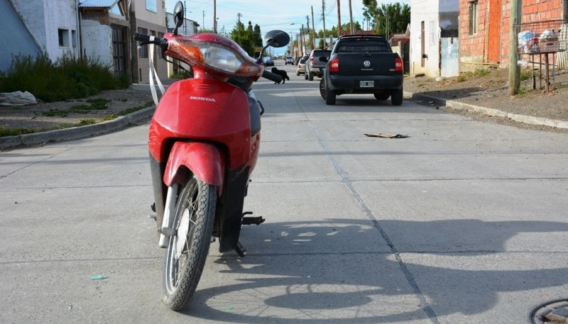 La moto en la que circulaba la mujer y de fondo la Saveiro contra la cual chocó (Foto: C.Robledo).