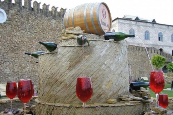 La primera fuente de vino abierta 24 horas y gratuita