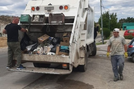 Darío James sube al camión trasportador de basura .