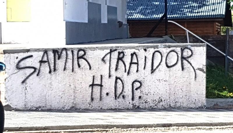 Pintadas en contra del edil.