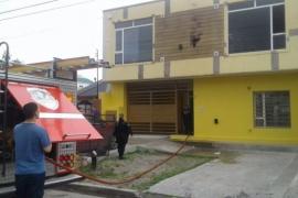 Incendio en la ciudad: Trabaja dotación de bomberos para sofocarlo