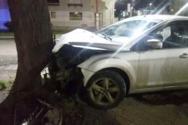 Se estrellaron contra un árbol y hay una persona hospitalizada
