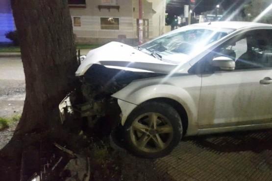 El Ford Focus impactó contra un árbol.