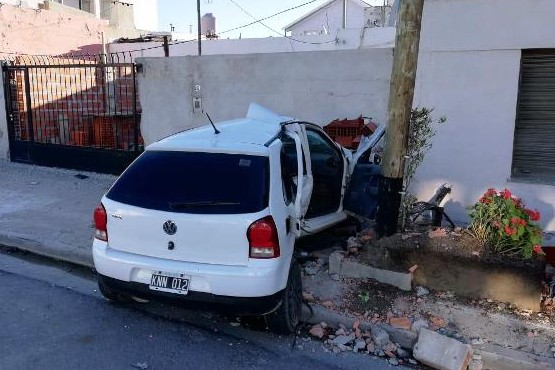Chocó una camioneta en contramano y se incrustó en un paredón