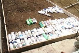 Vecinas construyen la primer vereda de ecoladrillos de Río Gallegos