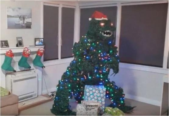 Así quedó el árbol de Navidad que creó este hombre, inspirado en Godzilla. Foto: Gentileza The Sun