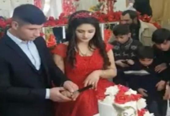 La pareja de recién casados, momentos antes de las risas de los invitados. Foto: Captura de video