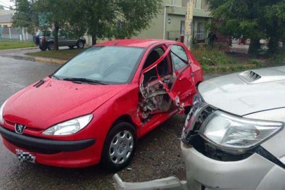 Importantes daños materiales en el Peugeot (Foto: N.D).