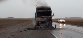 Un camión se incendió cuando iba a Río Turbio
