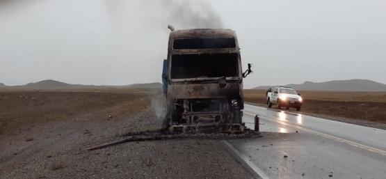 Así quedó el camión tras el incendio.