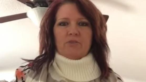 Captura de video de la mujer que recibió el suéter para perro como regalo de Navidad.