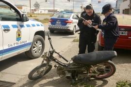 Colisionó un auto y una moto en la Avenida Balbín