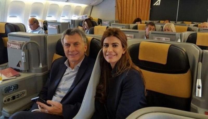 Macri junto a Awada en viaje hacia Qatar.