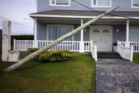El poste estuvo cerca de caer sobre el techo (Foto: C.Robledo).