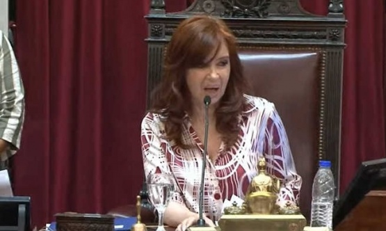 Cristina preside la sesión.