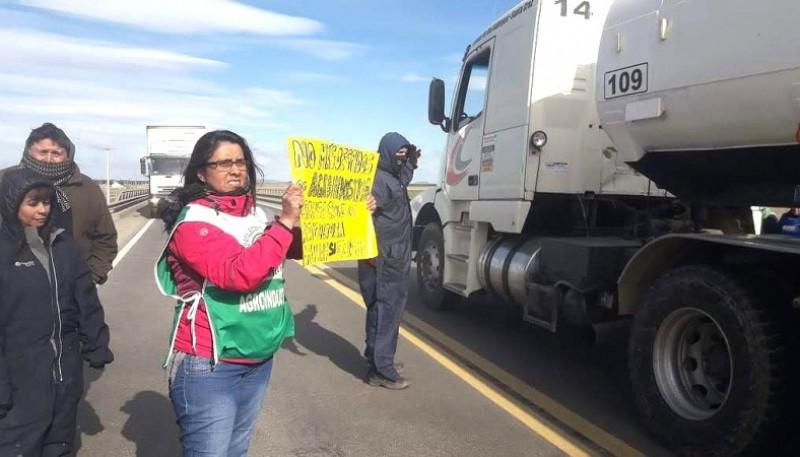 Los trabajadores en reclamo en la ruta.