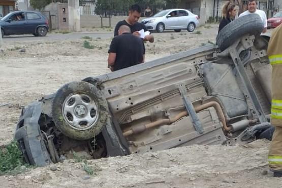 La Eco Sport volcada a un costado del camino.