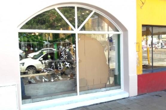 El ventanal roto del comercio céntrico.