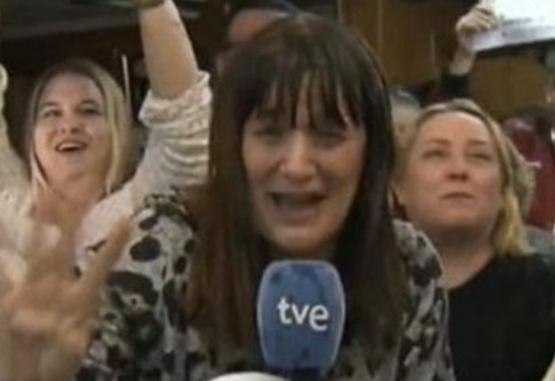 La periodista Natalia Escudero se enteró al aire que se había ganado la lotería. Foto: Captura de video