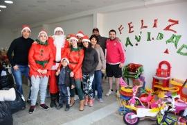 Papá Noel reparte juguetes en Los Lolos y Bicentenario