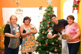 Navidad solidaria: horneó 90 panes dulces con la ayuda de su familia