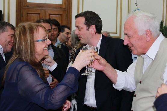 La gobernadora brindando con los trabajadores.