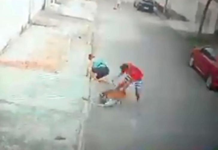 Captura de video del momento en que el joven intenta rescatar al chico.