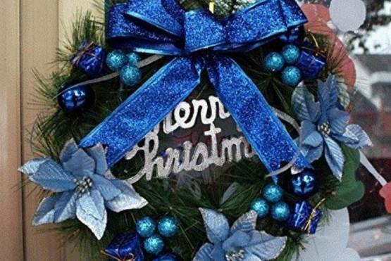 Corona navideña azul (foto ilustrativa).