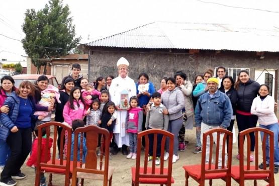 El Obispo compartió la celebración religiosa junto a los vecinos del barrio.
