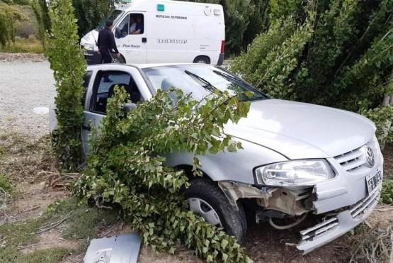 El Volkswagen Gol entre los árboles.