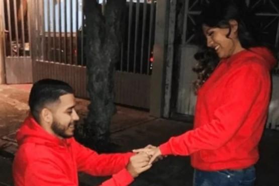 La pareja tras aceptar el matrimonio.