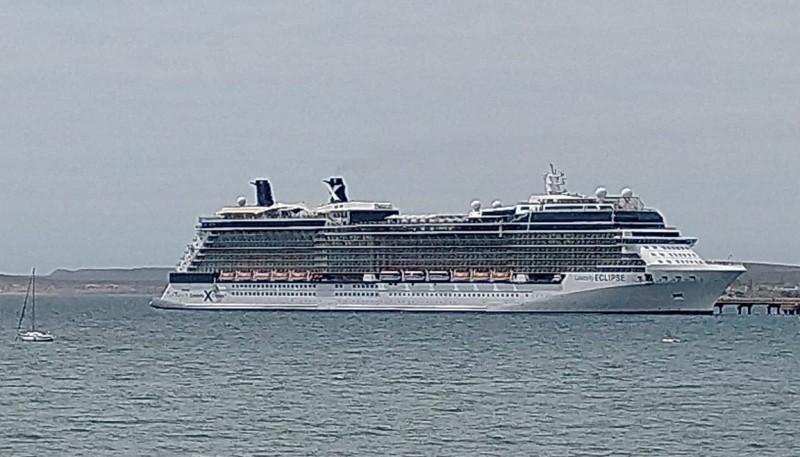 El crucero arribando a la ciudad portuaria.